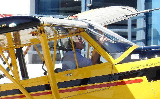 Харрисон Форд за штурвалом одномоторного самолета Aviat Husky