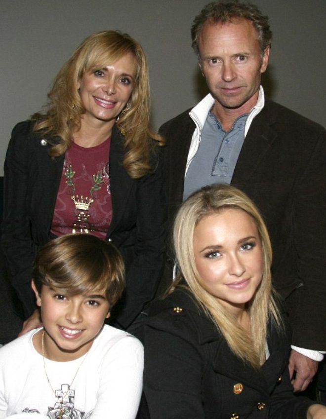 Хайден Панеттьери с родителями и младшим братом