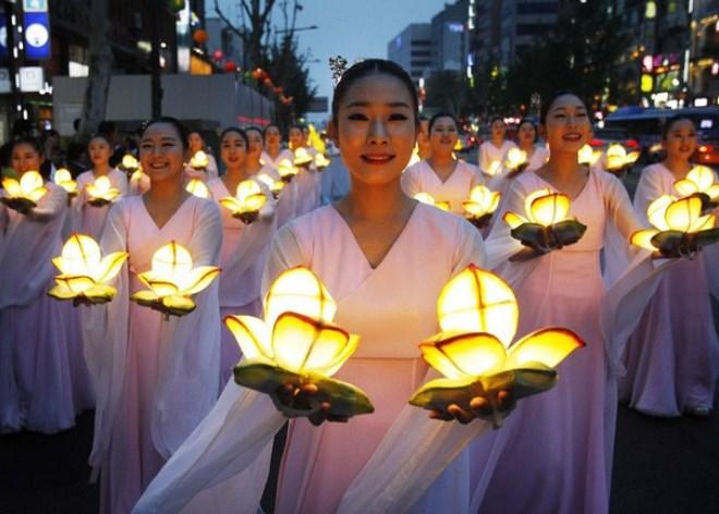 Фонарики-лотосы на дне рожденья Будды