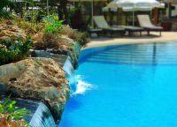 У бассейна отеля Grecian Bay