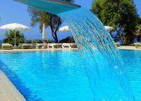 Необычный бассейн отеля Grecian Sands