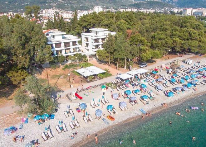 Апарт-отель Apart-Hotel Kuce Lekovica со своим пляжем в Баре
