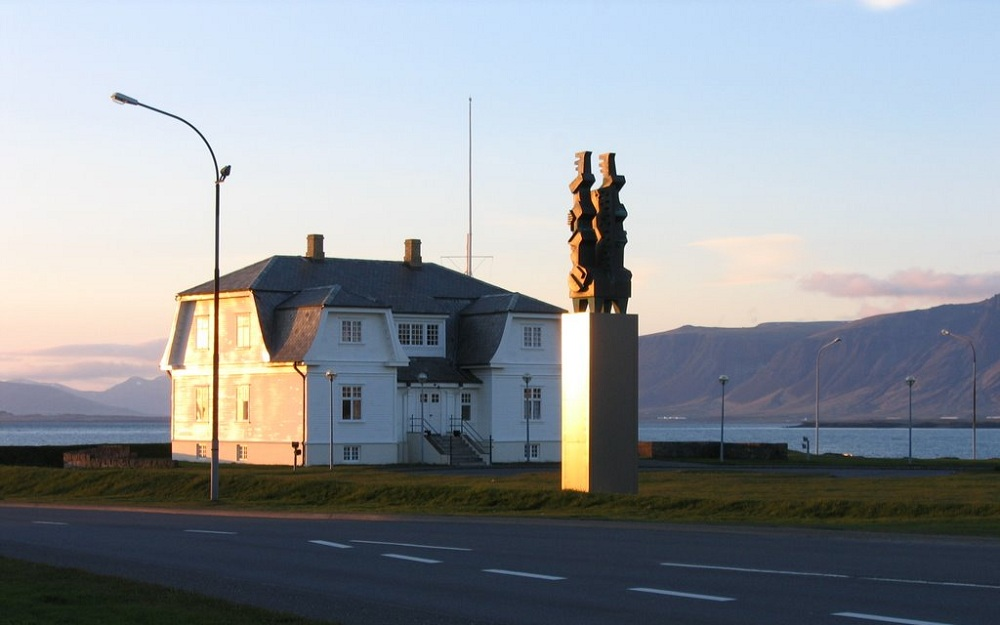 Дом Хевди и статуя Ondvegissulur