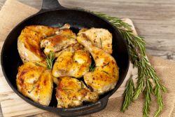 как да готвя вкусни пилешки бедра в тиган
