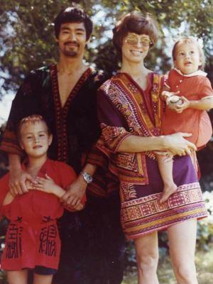 Брюс Ли с женой и детьми