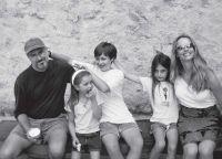 Стив Джобс с семьёй на отдыхе в Греции, 2006 г