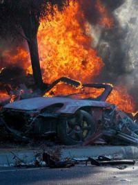 После столкновения со столбом машина загорелась