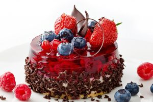 как украсить торт шоколадом и фруктами 7