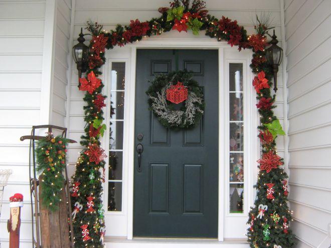 Новогоднее украшение входа в дом