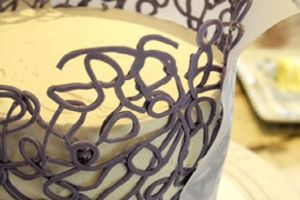 Как украсить бока торта шоколадом 2