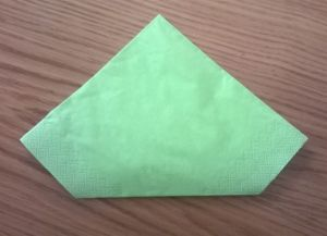 Како преклопити папирне салвете за сервисирање 12