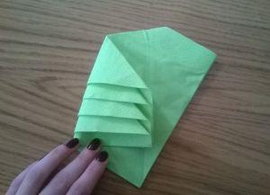 Како преклопити папирне салвете за служење таблице 13
