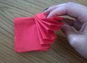 Како преклопити папирне салвете за послуживање 3