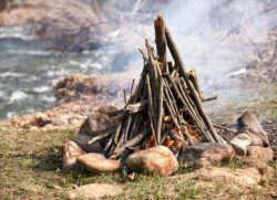 jak zrobić ogień w lesie bez zapałek