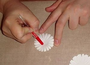 jak zrobić papierową stokrotkę 10