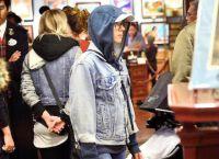 Звезда покупает сувениры в Диснейленде