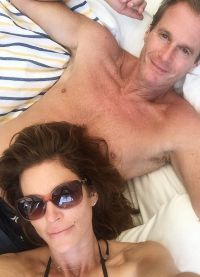 Синди много времени проводит с мужем
