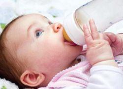 kada beba počne držati bočicu