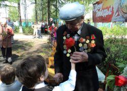 Састанак дјеце вртића са ратним ветеранима