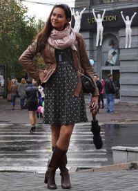 как да носите шал с кожено яке7