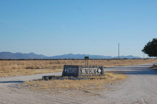 Указатель на дороге к метеориту Гоба
