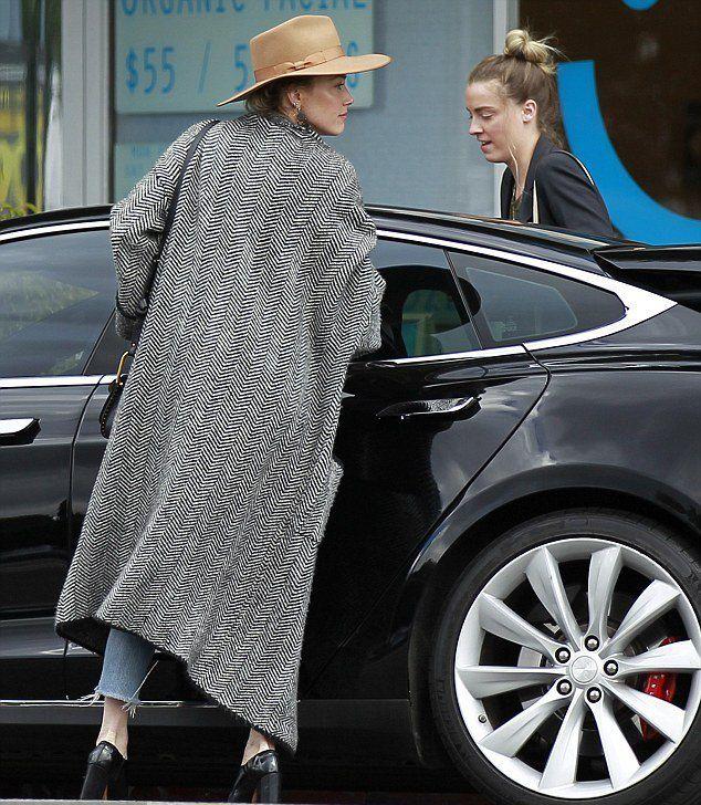 Эмбер Херд с сестрой садится в Tesla