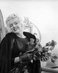 Блондинка с букетом роз, Лос-Анджелес 1956 год