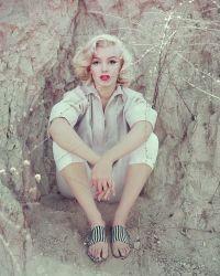 Снимок в 1953 году сделанный в Лос-Анджелесе. Мэрилин в белую рубашке и полосаты