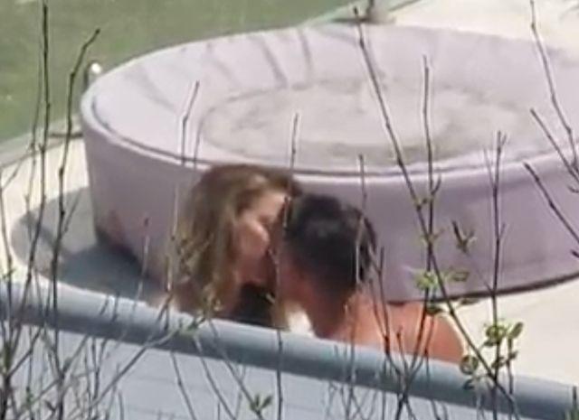 Поцелуи Эмбер Херд с незнакомцем