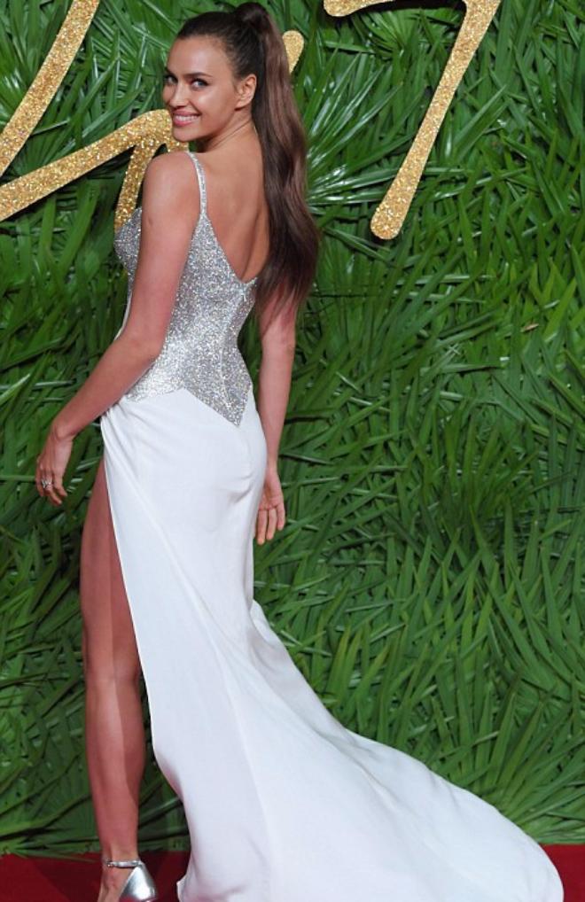 Ирина Шейк на мероприятии The Fashion Awards 2017