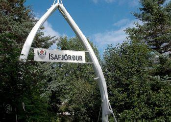 Сад Jónsgarður с аркой из китового уса