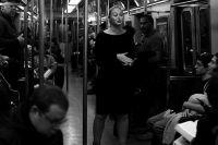 Искра Лоуренс устроила акцию в нью-йоркской подземке