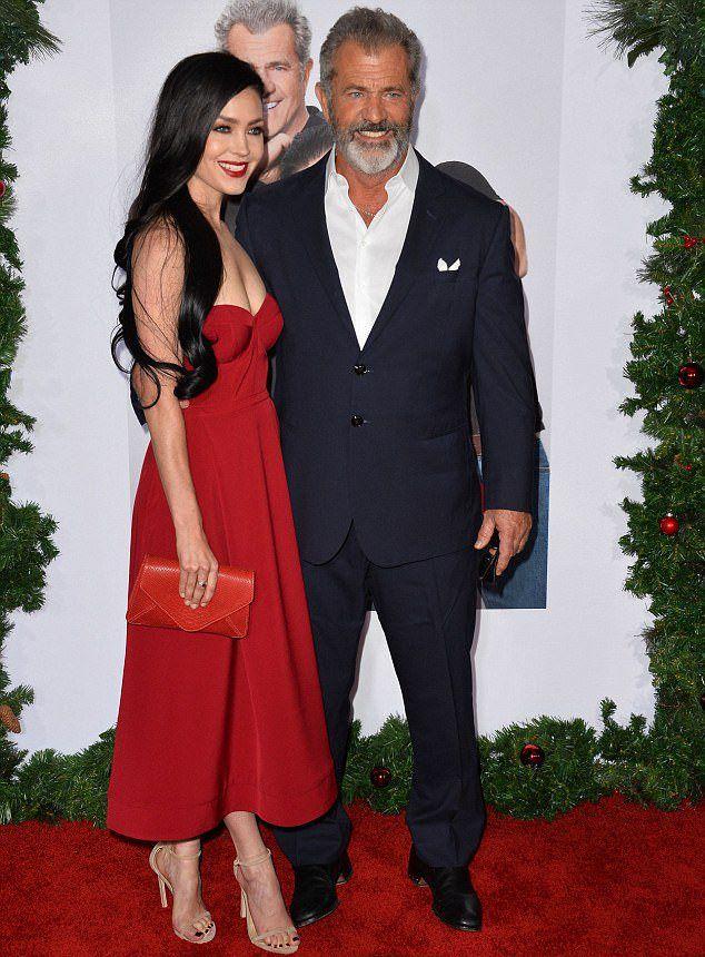 Мел Гибсон и его подруга Розалинда Росс в начале ноября