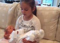 На видео ее старшая дочь заботится о младшем братике