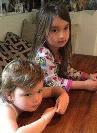 4-летняя Арабелла и  2-летний Джозеф
