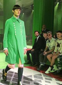 зеленый плащ на показе мод в Милане