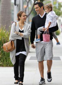 Джессика Альба и Кэш Уоррен с дочкой на прогулке