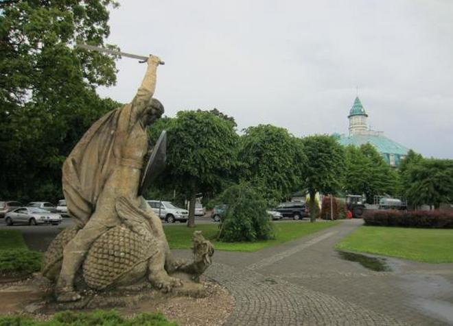 Cкульптура «Лачплесис, повергающий Змея»