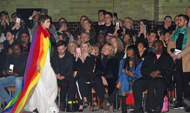 Кара Делевинь на показе Модного дома Burberry