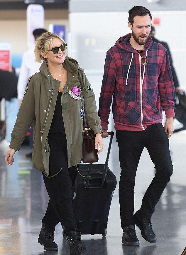 Кейт Хадсон и Дэнни Фудзикава в аэропорту
