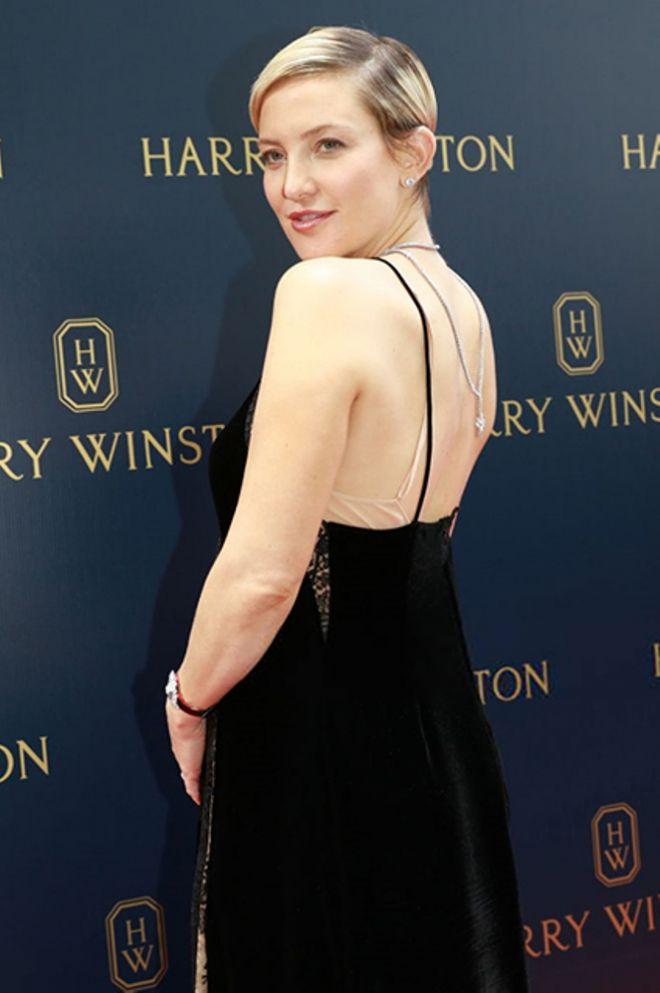 Под платье актриса надела сорочку нюдового цвета