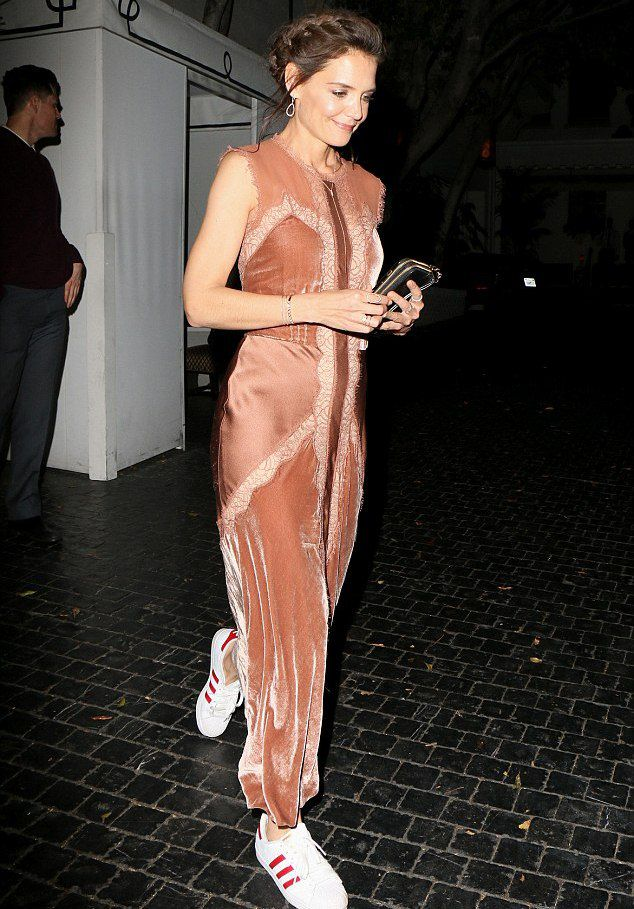 Кэти Холмс с радостью сняла неудобную обувь