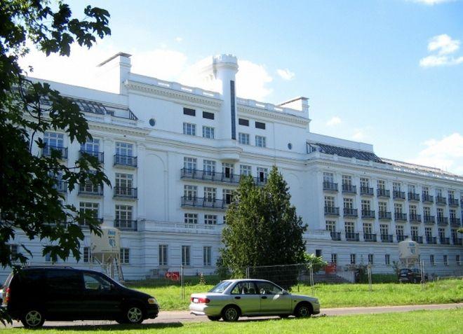Белоснежное здание гостиницы - достопримечательность Кемери