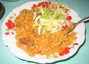Кокосовый рис с мясом и салатом