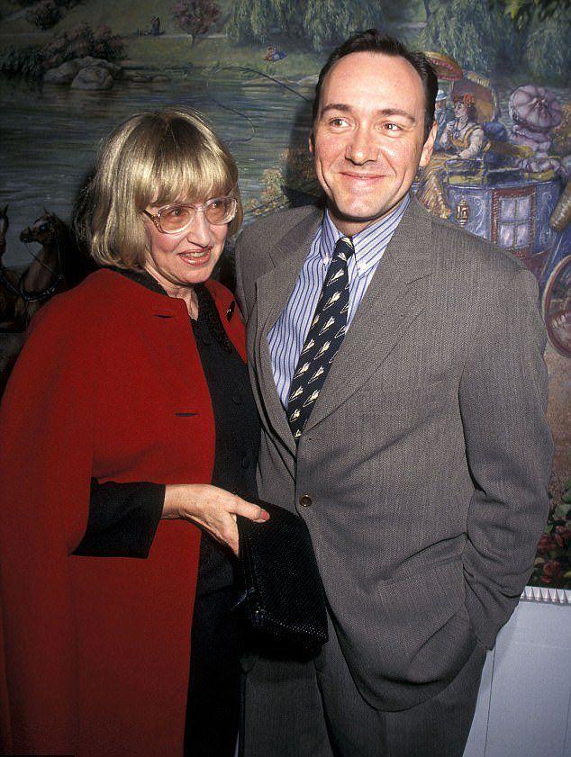 Кевин Спейси с матерью Кэйтлин в 1996 году