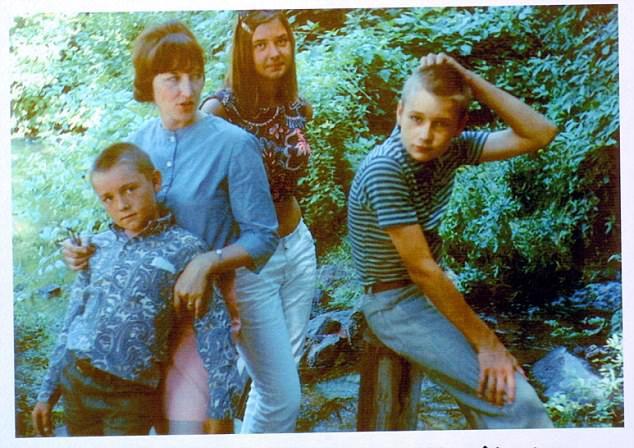 Юный Кевин Спейси с матерью, братом и сестрой