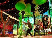 Джейсон Судейкис и Джош Гад под зеленым дождем