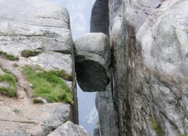 Застрявший между скалами камень Кьёраг