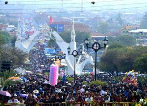 Тысячи паломников на улицах города во время праздника