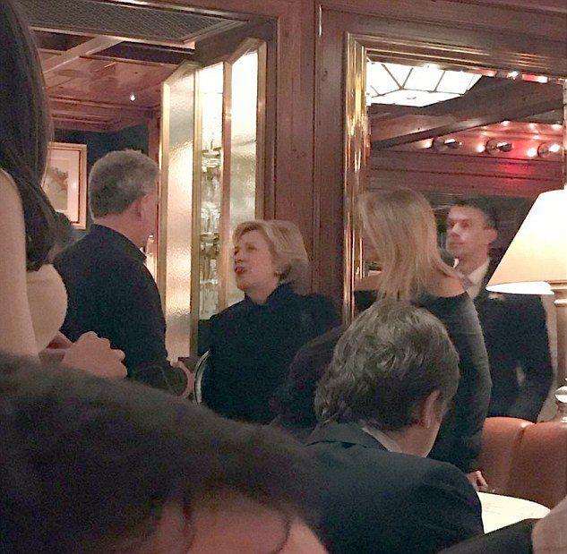 Кристи Бринкли и Дэвид Фостер столкнулись с Хиллари Клинтон